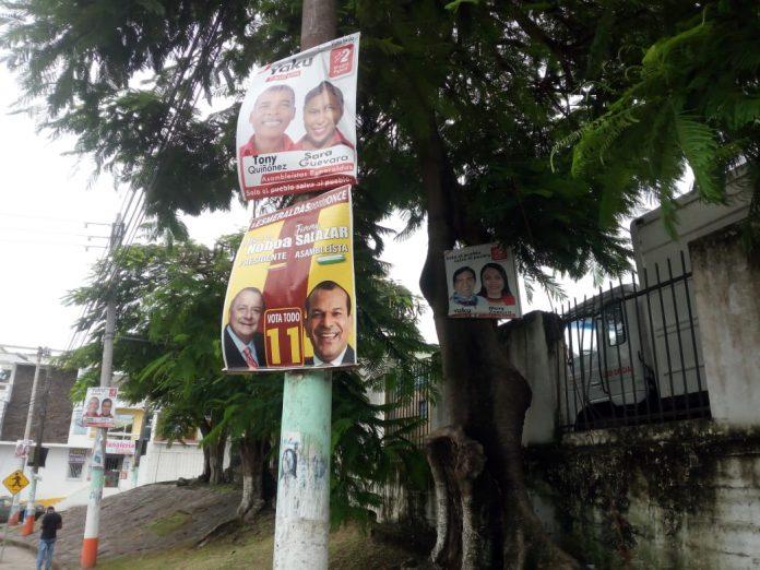 ORNATO. En algunos puntos de la ciudad no se ha retirado la propaganda de los candidatos.