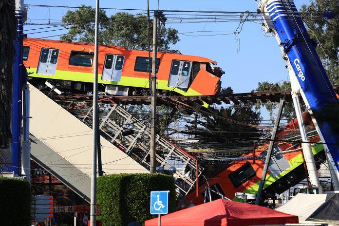 Emergencia. Bomberos y operarios trabajan, al siguiente día de la tragedia, para retirar uno de los vagones que colapsaron en Ciudad de México. (EFE)