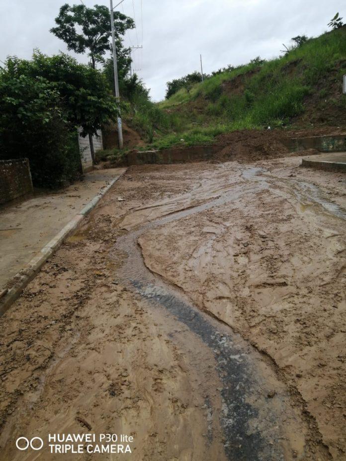 LIMPIEZA. Con el retiro del lodo, los vecinos que están cerca del cerro, ya pueden ingresar a sus hogares y caminar por las veredas.