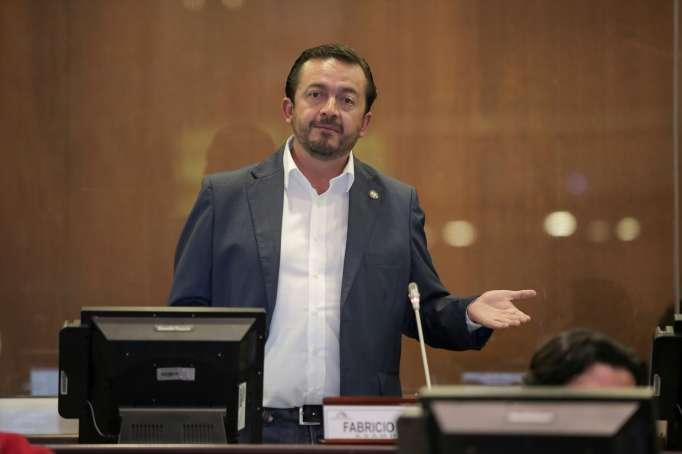 Fabricio Villmar, exasambleísta del movimiento CREO, durante una intervención en el pleno de la Asamblea Nacional.