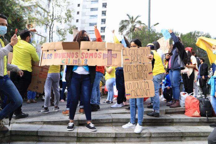 Apoyo. Manifestaciones de solidaridad ante las protestas colombianas se vivieron en la Embajada de Bogotá en Quito.