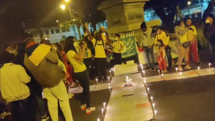 Manifestación. Pacíficamente, se reunieron en uno de los parques del centro de Ibarra, uniéndose a la protesta contra el Gobierno de Colombia.