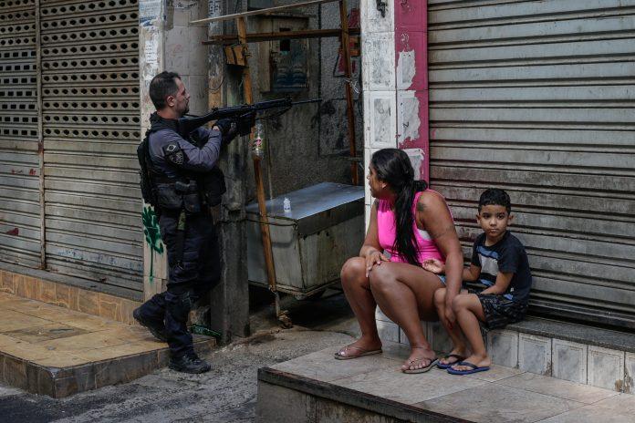 Operativo. Miembros de la Policía realizaron el operativo contra una banda de narcotraficantes, el 6 de mayo de 2021, en una favela de Río de Janeiro (Brasil). (EFE)