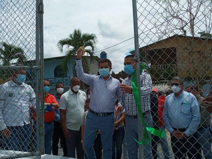 CUMPLIMIENTO. El alcalde de Quinindé, Carlos Barcia Molina, inauguró el sistema de agua para los habitantes de Bocana del Búa.