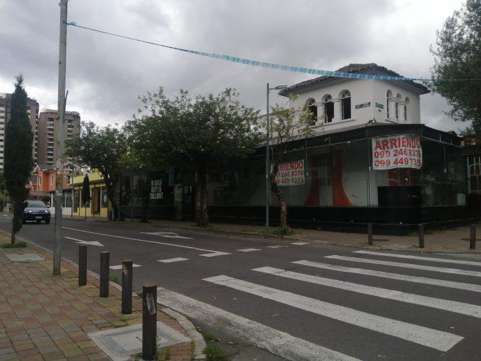 COMERCIO. Locales cerrados, desocupados, en arriendo o en venta en la avenida Reina Victoria, a una cuadra de la Plaza Foch.