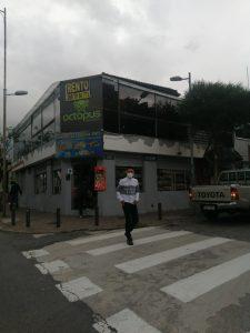 ABANDONO. Una discoteca funcionaba en el segundo piso de este edificio en una equina de la avenida Joaquín Pinto, Hoy está cerrada.