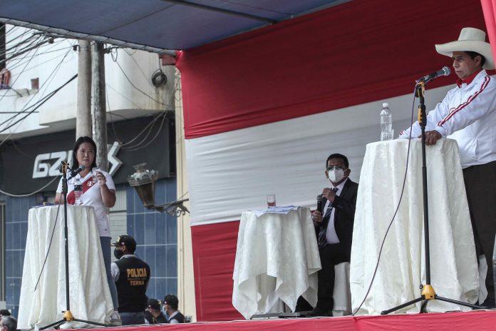 Presidencia. Los candidatos de Perú Keiko Fujimori (i) y Pedro Castillo en un debate, el 1 de mayo de 2021, en la provincia norteña de Chota. EFE