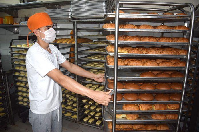 PRODUCCIÓN. En las panaderías han bajado la producción por el poco consumo.