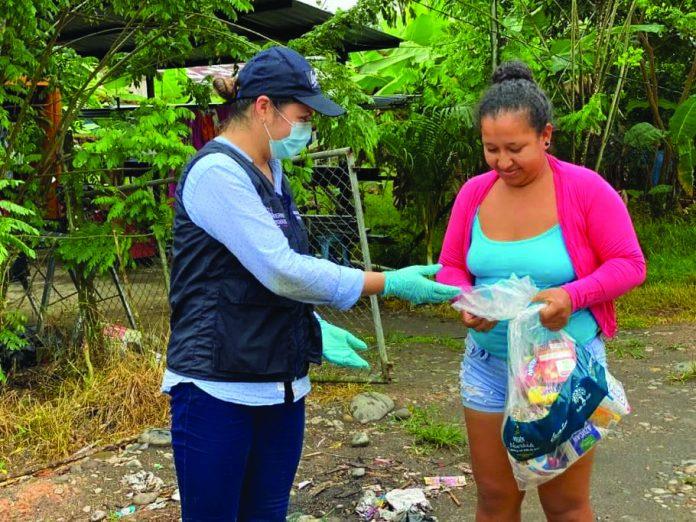 AYUDA. Las familias más vulnerables en las parroquias de la provincia de Esmeraldas, recibirán alimentos.