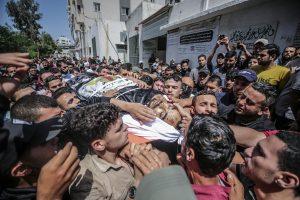 Víctimas. Varios palestinos cargan con los restos mortales de un conciudadano asesinado por fuerzas israelíes en Gaza (Palestina), este 11 de mayo de 2021. EFE