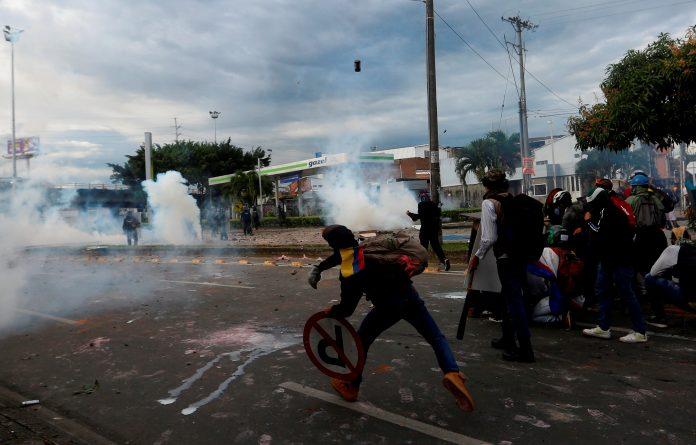 Manifestaciones. Manifestantes bloquean una vía y se enfrentan a la Policía colombiana, durante una protesta realizada en Cali (Colombia). EFE
