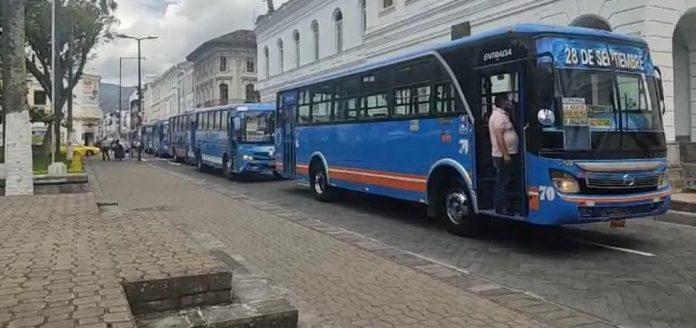 Protestas. En el centro de Ibarra se reunieron buses de las dos cooperativas urbanas.