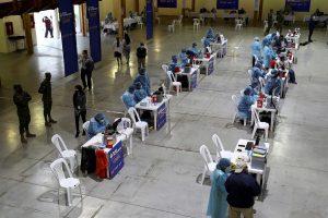 JORNADA. Vista general del proceso de vacunación en el Centro de Exposiciones en Quito (Ecuador). EFE