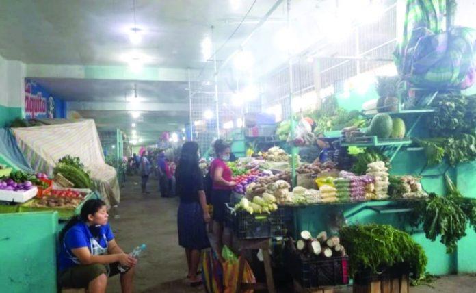 INCREMENTO. Las amas de casas ahora compran menos productos en el mercado municipal, pero deben pagar más dinero.