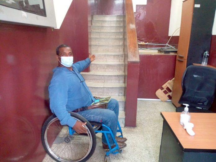 DESCONTENTO. Omar Vásquez fue invitado a una reunión de trabajo pero no pudo asistir porque su discapacidad le impide subir las escaleras.