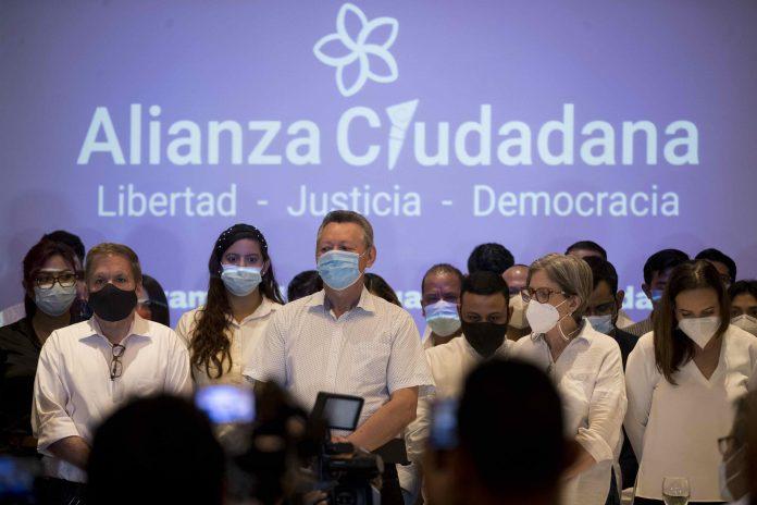 Candidaturas. Los miembros de la Alianza Ciudadana (de izquierda a derecha): Jose Adán Aguerri, Oscar Sobalvarro, Kitty Monterry, en una conferencia, el 13 de abril de 2021. (EFE)