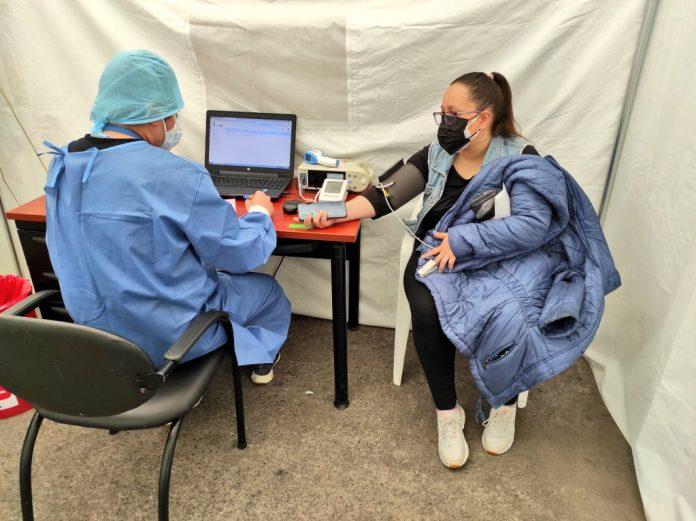 Contagios. En el IESS de Ibarra, a finales de abril de 2021, se atendía un promedio de 120 pacientes diarios con síntomas respiratorios. Foto Archivo