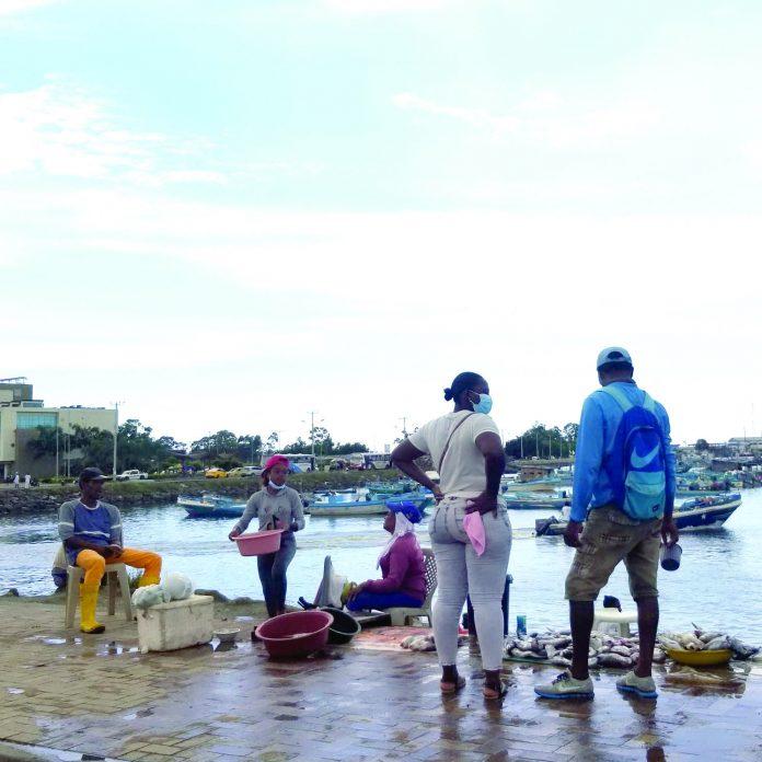 PERJUICIO. El Puerto Pesquero de Esmeraldas cuenta con 45 comerciantes entre vendedores formales e informales quienes laboran en las veredas y con poca higiene.