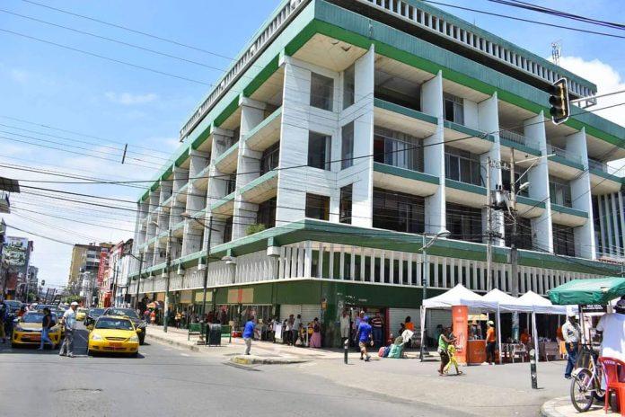 CRITERIOS. Diversas críticas ha generado la reconstrucción del edificio municipal, que fue afectado por el terremoto de 2016.