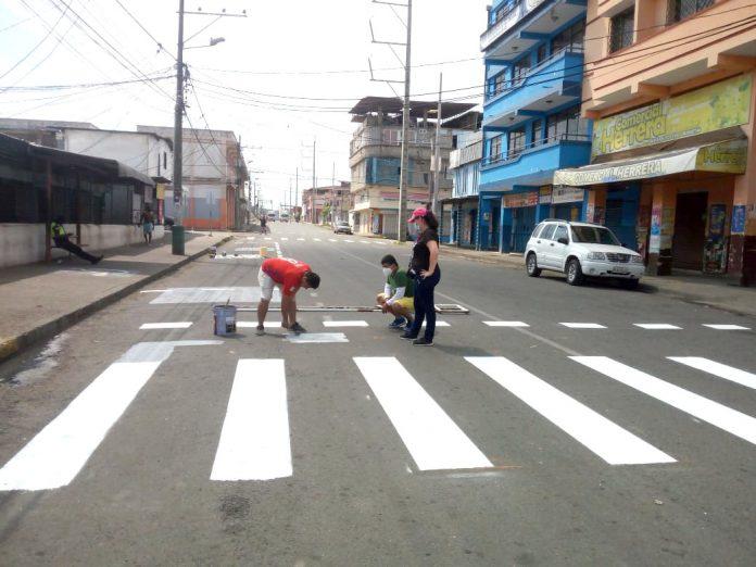 SEÑALIZACIÓN. Sobre la calle Sucre en la inmediaciones del mercado central, ayer, sábado, se pintaban pasos cebras y las paradas de taxis y buses.