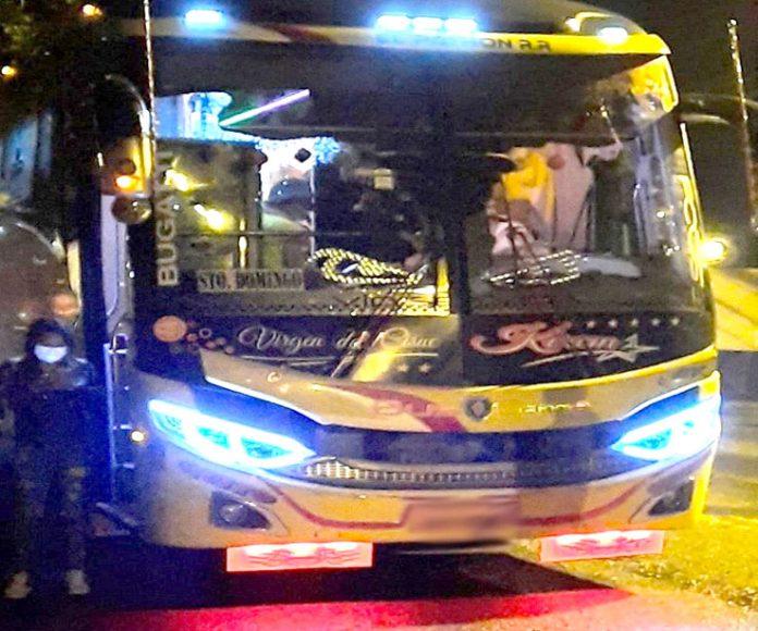 Robo. Los pasajeros de este bus fueron desvalijados.