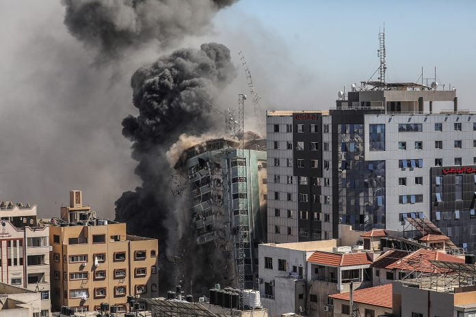Arremetida. La torre de 14 plantas que fue derrumbada el 15 de mayo de 2021, en Gaza, era sede de la agencia de noticias AP, la cadena Al Jazeera y otros medios internacionales. (EFE)