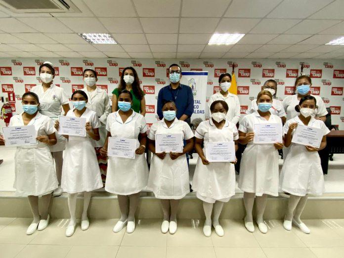 FORMACIÓN. Las estudiantes de la Universidad Católica, sede Esmeraldas, terminaron su internado rotativo en el hospital de IESS.