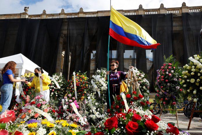 Reclamos. Manifestantes colocaron, el 24 de mayo de 2021, coronas fúnebres en la Plaza de Bolívar, como apoyo a la moción de censura contra el ministro de Defensa colombiano, Diego Molano.