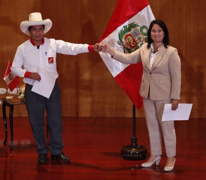 PERÚ. Fotografía del 17 de mayo de 2021 de los candidatos presidenciales peruanos Pedro Castillo (i) y Keiko Fujimori (d), durante la firma de la