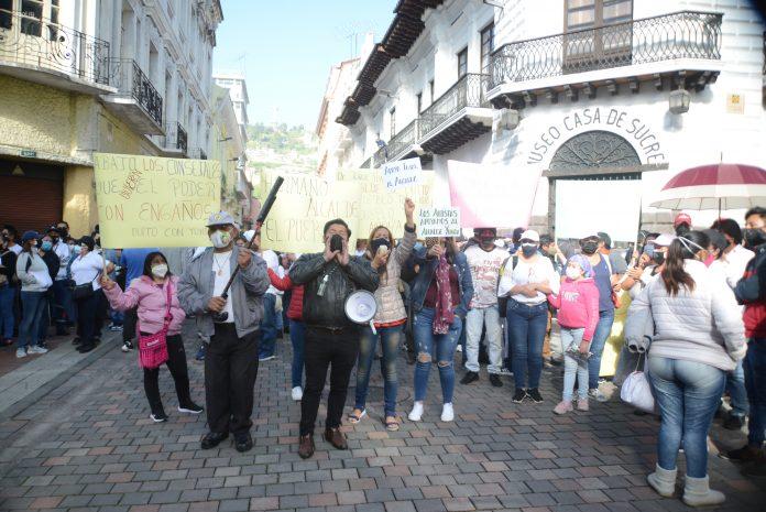 Remoción. Cientos de personas se congregaron afuera del Municipio durante el día. Unos respaldaban a Yunda y otros pedían su salida.