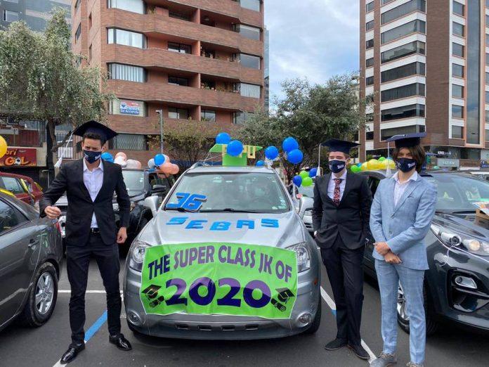 Celebración. Estudiantes de tercero de bachillerato en 2020 realizaron una caravana para festejar su graduación en Quito.