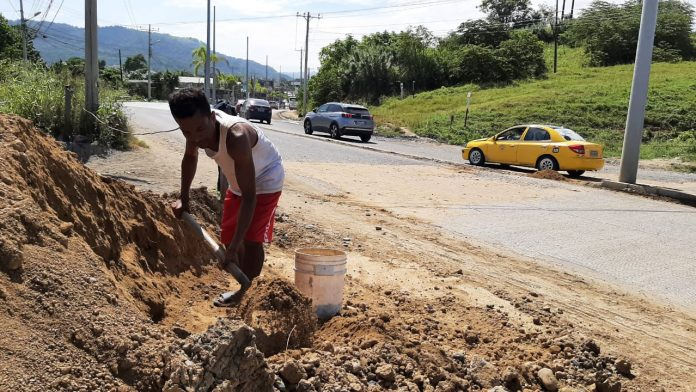 TRABAJO. Ángel Preciado Zambrano, de 41 años, palea todos los días para conseguir 15 dólares, dinero que es retribuido por conductores que reconocen su labor.