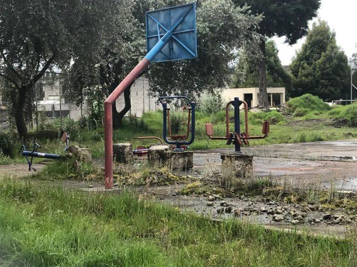 La maleza y el agua estancada se apoderan de los parques en Chillogallo