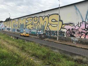 Los grafitis abundan en las paredes en el sector de Quitumbe y el Puente de Guajaló