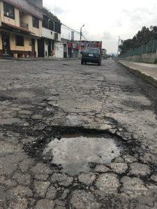 Calles con huecos y sin mantenimiento recorren todo el sector de Fundeporte, en el sur de Quito