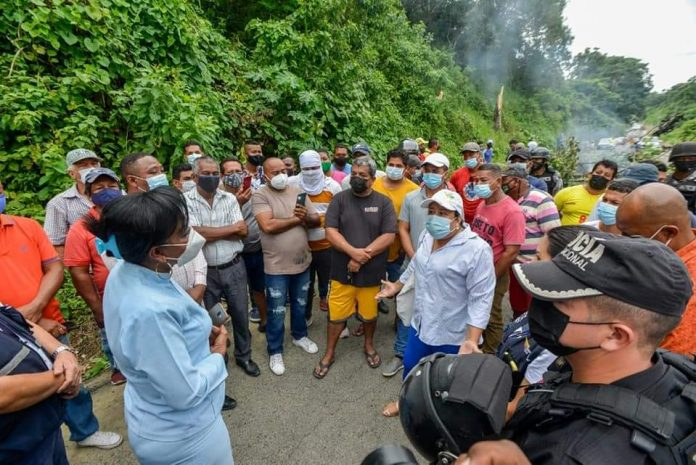RECLAMO.-Los taxistas informales protestaron por presuntos actos extorsivos y de acoso por agentes municipales.