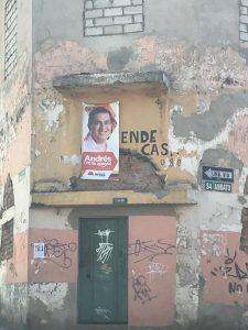 Publicidad. La imagen de Andrés Arauz, excandidato presidencial, continúa en la calle Ambato, centro de Quito.