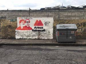 Campaña. Los excandidatos Arauz y Rabascall continúan pintados en una pared junto a un contenedor de basura.