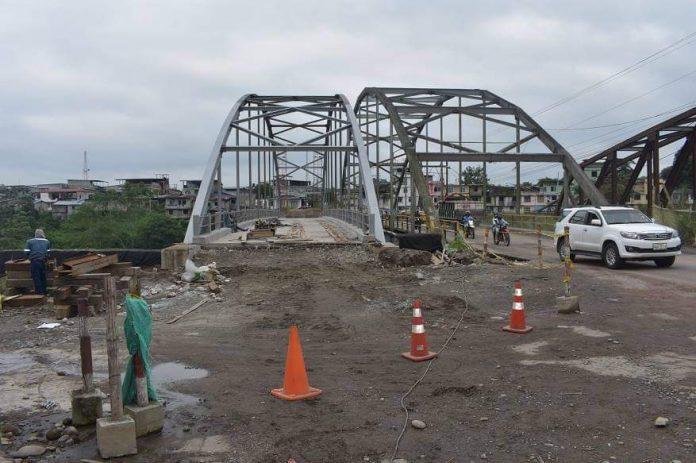 AVANCE. El nuevo viaducto sobre el río Blanco que construye el Municipio de Quinindé, está casi terminado.