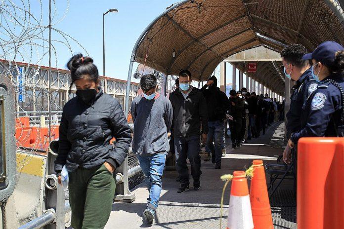 Deportados. Migrantes son regresados este 11 de junio de 2021 a territorio mexicano por autoridades estadounidenses, en el Puente Internacional Paso del Norte. (Foto: EFE)
