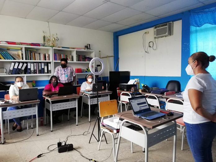 """EVALUACIÓN. Marguy Joseph Segovia y Carmen del Rocío Medina, registraron su evaluación para el proceso """"Quiero ser maestro 7"""", en las salas de cómputo de la unidad especializada """"Guiomar Vera Ramírez""""."""