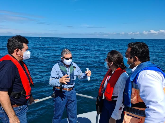 RECONOCIMENTO. Autoridades que resguardan la seguridad del medio ambiente y de riesgos, realizaron una inspección en el mar por derrame de petróleo a 5 millas del Terminal Puerto Marítimo en Esmeraldas.