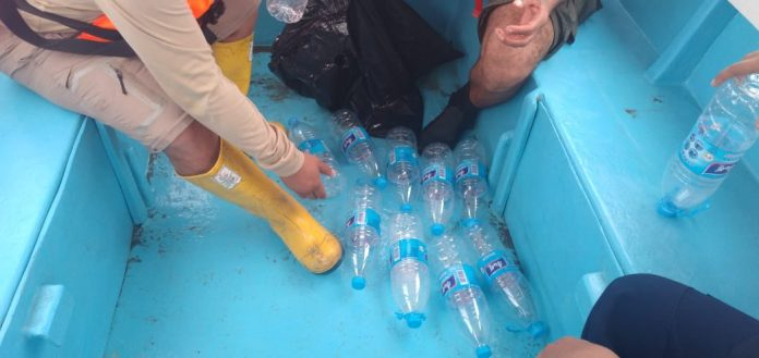 CONSERVACIÓN. Representantes de las carteras marítimas en Esmeraldas realizaron operativo de concienciación y retiro de plásticos en el mar.