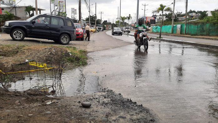 DAÑO. En la vía Troncal del Pacífico, cerca a una ciudadela, se registró la afectación de un sumidero de aguas lluvias que ayer obstaculizó el tránsito vehicular.