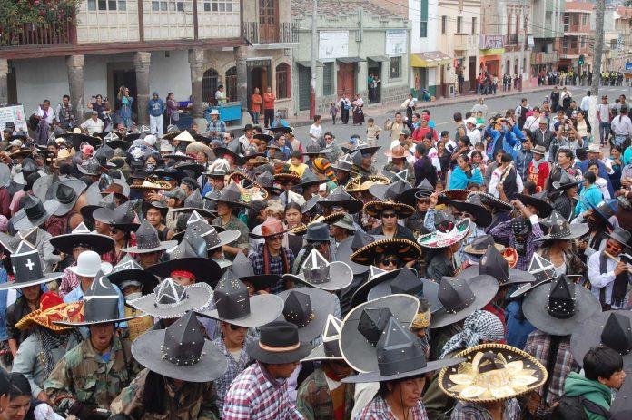 Festividad. Los danzantes, siguiendo el ritmo de la música que entonan los acompañantes, se mueven en círculos, representando los dos solsticios y los dos equinoccios del año.