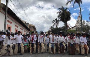 Participación. Zapatean con fuerza, para invitar a la Pachamama a participar en la fiesta, para que recupere energías y que esté lista para un nuevo ciclo agrícola.