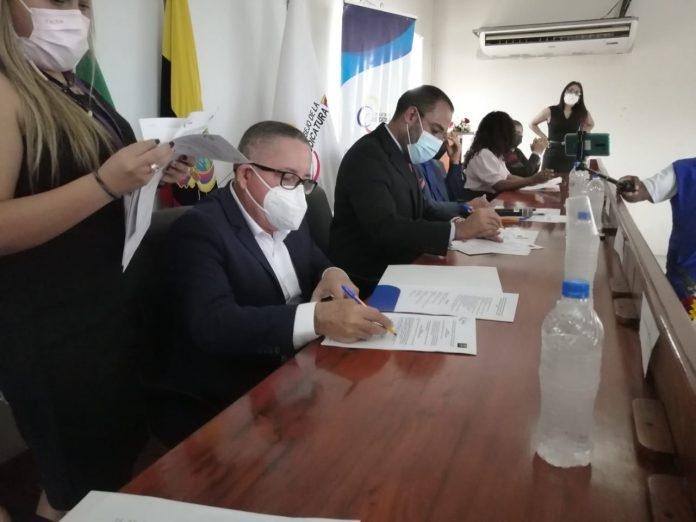 EJEMPLO. En el acto se reunieron alcaldes y autoridades de violencia de género.