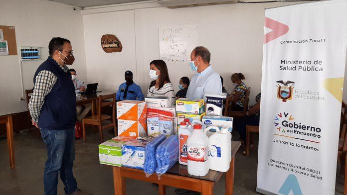ENTREGA. Gerentes de Oliojoya y Disproalsa entregaron a la dirección distrital de Esmeraldas y Rioverde insumos médicos para continuar con el plan de vacunación.
