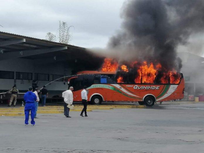 PERCANCE. Un bus de la cooperativa Quinindé se incendió en la terminal terrestre de Esmeraldas.
