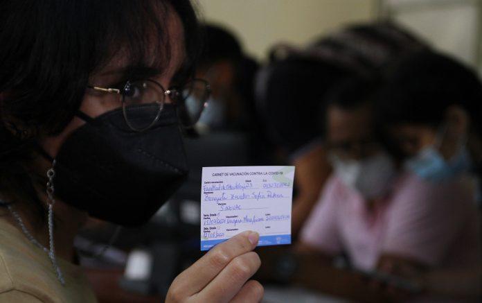 El carné de vacunación actualmente reemplaza al requisito de realizarse pruebas PCR para salir del país o viajar a Galápagos.